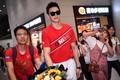 组图:孙杨抵达广州受粉丝热情接机 戴墨镜帅气亮相