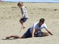 组图:玩high了!德约沙滩扑倒爱妻 儿子一旁看着不知所措