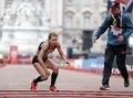组图:伦敦马拉松女选手瘫倒 手脚并用顽强爬过终点