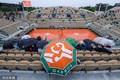 高清:法网赛场遭暴雨侵袭 球迷撑伞耐心等待