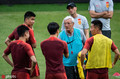 高清:国足训练里皮对弟子言传身教 小将王子铭接受采访