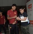 高清:恒大抵上海郑智煲电话 保利尼奥为球迷签名