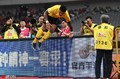 高清:上港0-2恒大 保利尼奥翻越广告牌庆祝进球