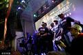 组图:猛龙首冠多伦多球迷彻夜庆祝 德雷克开香槟拥抱球迷