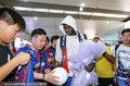 高清:亚亚图雷抵达青岛 手捧鲜花为球迷送上签名