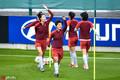 高清:女足赛前训练氛围轻松 王霜面带笑容热身