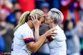 高清:亲亲抱抱举高高 美国女足庆祝动作有点甜