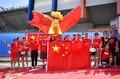 高清:中国女足球迷场外集结 高举国旗微笑合影
