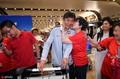 高清:女足抵达北京 接机女球迷疯狂献吻贾秀全