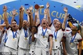 高清:美国女足高举冠军奖杯 因凡蒂诺登台颁奖
