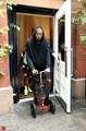 组图:杜兰特腿戴护具现身纽约街头 借助平衡车出行