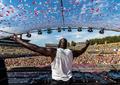 组图:奥尼尔参加音乐节变身DJ 与观众击掌互动嗨翻全场