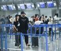 高清:刘翔携妻子机场撒狗粮 搂抱爱妻一脸宠溺