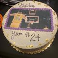 组图:库兹马庆祝24岁生日 蛋糕上的照片他身着湖人24号