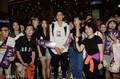 组图:林书豪抵沪准备出席CBA选秀大会 大批球迷接机人气火爆