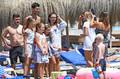 德约携家人西班牙海边度假 皮划艇游玩心情自在
