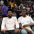 组图:欧文携手篮网新队友现身WNBA赛场 有说有笑心情放松