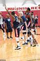 美国男篮集训波波老当益壮 与球员一同热身指导库兹马