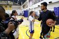 组图:勇士举办篮球女孩训练营 库里现身和小球员同场训练