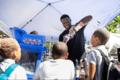 组图:兰德尔参加社区回馈活动 分发零食书包与小孩互动