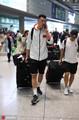 高清:男篮队员深夜抵京 热情球迷机场迎接众将