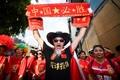 高清:中国球迷聚集马尔代夫街头 为国足征战世预赛助威