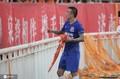 王永珀单独谢场 在球迷横幅上签名答谢鲁能球迷(图)