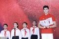 组图:孙杨系红领巾出席活动 敬少先队队礼笑容灿烂