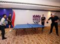 组图:国王队内切磋乒乓球技艺 费雷尔秀削球
