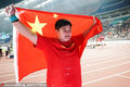 高清:中国骄傲!巩立姣让五星红旗飘扬 身披国旗最幸福