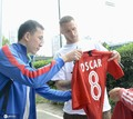 高清:上港球员训练场与球迷合影 阿瑙托维奇在奥斯卡球衣签名