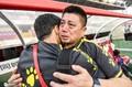 高清:青岛黄海庆祝冲超成功教练喜极而泣 亚亚图雷亲吻队徽