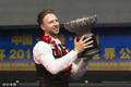 高清:特鲁姆普首夺世界公开赛冠军 捧杯笑容灿烂