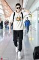 组图:孙杨现身首都机场 墨镜搭配白色卫衣昂首挺胸