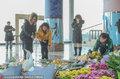 高清:首钢篮球中心铺满鲜花 大批球迷吊唁吉喆