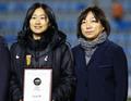 高清:女足东亚杯日本队登上领奖台捧杯庆祝 孙雯为中国女足颁奖