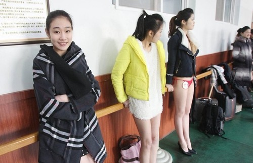 模特艺考秀泳装