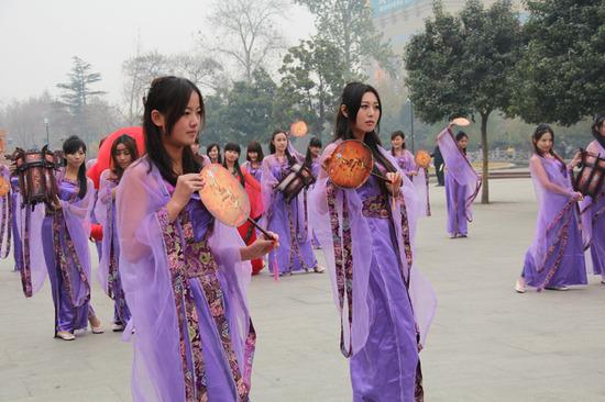 一群古装美女穿越洛阳