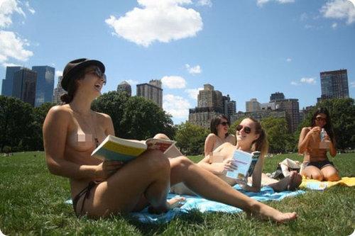 女大学生街头光身读书