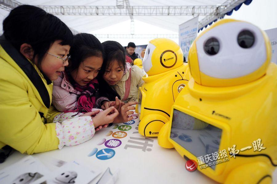 仿真机器人老人小孩保姆年轻人上班去了,家里的老人或者小孩无人陪