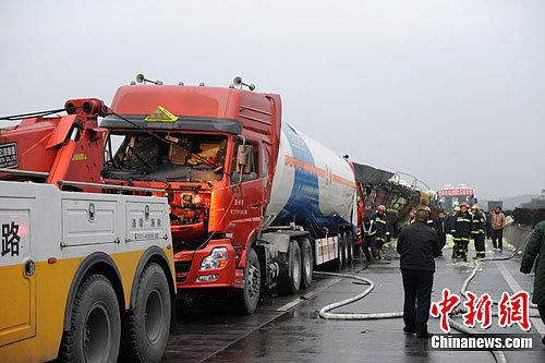 京珠高速郴州段5车连环相撞 事故致两人死亡