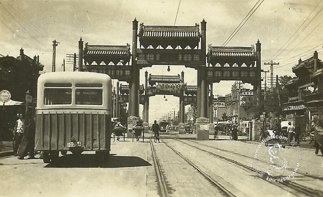 .因为老北京的街道狭窄,有轨电车又多在繁华商市区行驶,轨道上图片