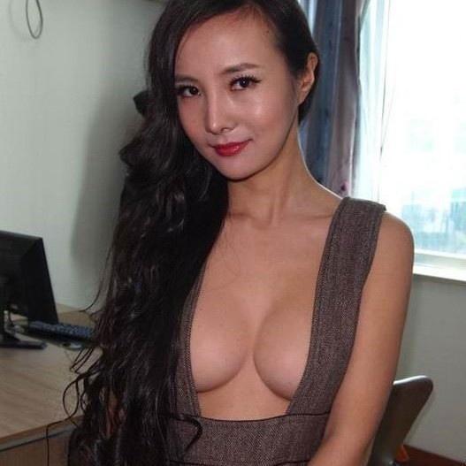 Gan Lulu - 干露露 - sexy 35D cleavage