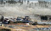 日本地震海啸波浪翻过防波堤