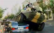 立陶宛首都市长驾坦克碾压违章停放豪车