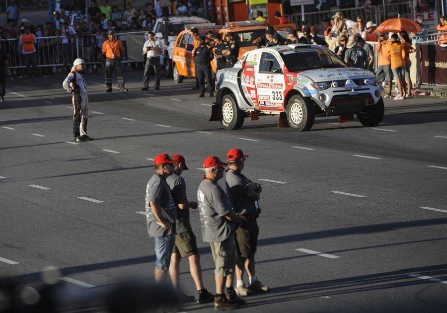 ...达喀尔拉力赛在马德普拉塔举行了盛大的发车仪式,六位参赛中...