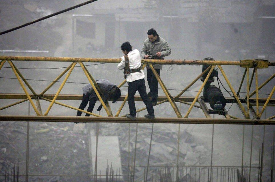 妇女为讨薪在30米塔吊冻僵 打工3年没签合同