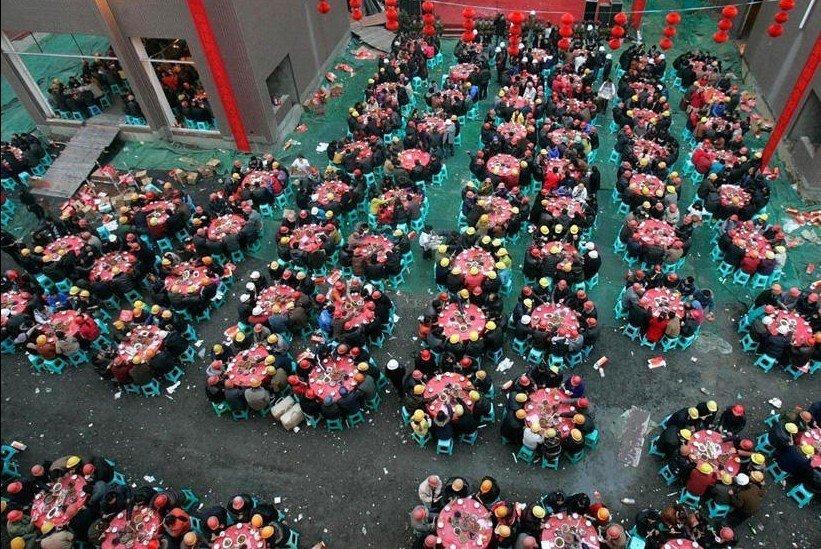 """1月9日,成都一个建筑工地大摆""""坝坝宴"""",组织工地上的1400多名农民工提前吃年饭。"""