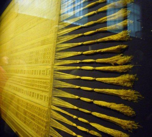 博物馆展蛛丝披肩 外表华丽色彩自然(组图) - 科学探索 - 科学探索|自然科学|探索发现|历史考古