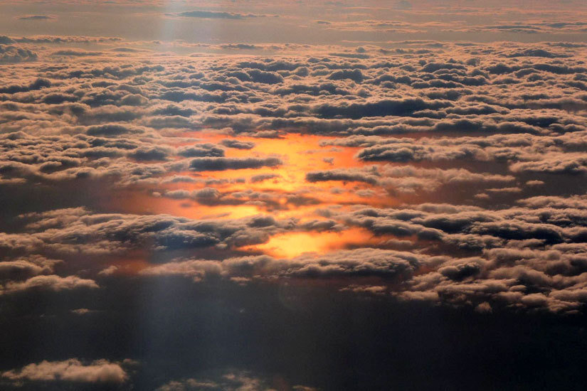 在民航飞机上进行航拍,我们就要提前一点办理登记手续,选择一个靠窗的位子。